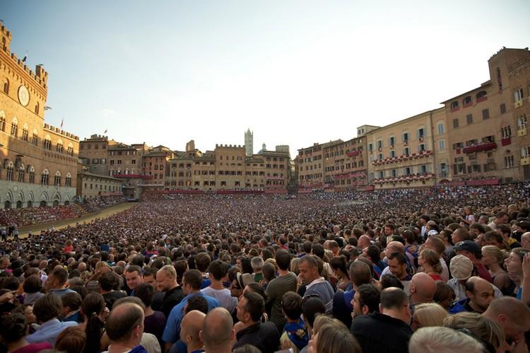 http://www.ilgiuncheto.it/en/wp-content/uploads/2016/02/palio-siena-crowds.jpg