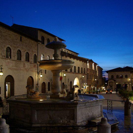 http://www.ilgiuncheto.it/wp-content/uploads/2016/10/1280px-Assisi_Piazza_del_Comune_BW_7-540x540.jpg