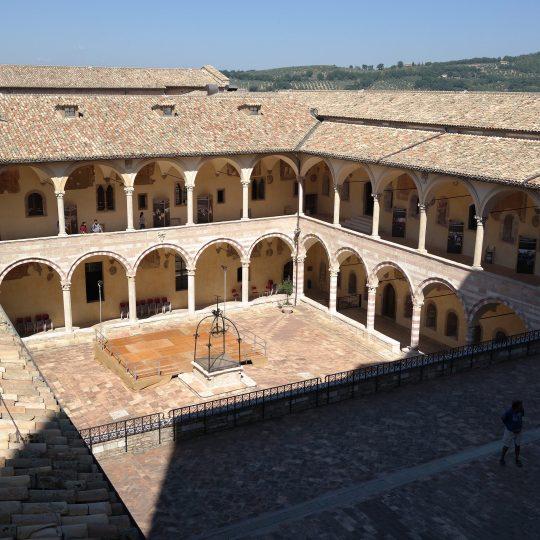 http://www.ilgiuncheto.it/wp-content/uploads/2016/10/Assisi_-_Basilica_di_San_Francesco_chiostro-540x540.jpg